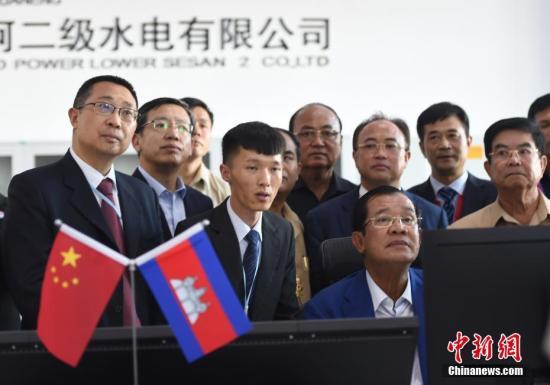 柬埔寨首相洪森视察主控室。图丨中新社