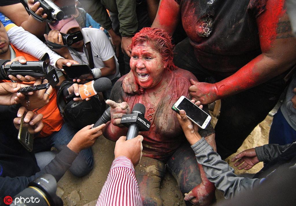 暴力示威者围攻玻利维亚女镇长:泼红漆剪发游街