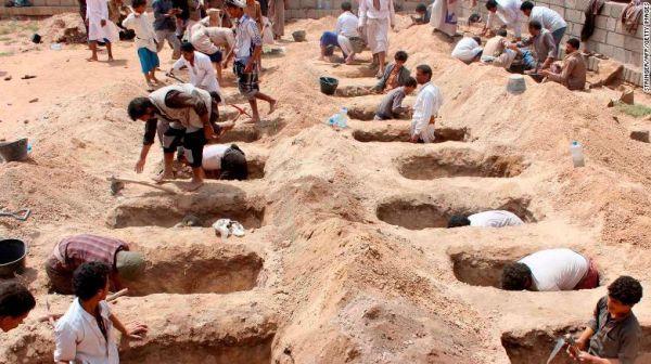 也门民众挖坑埋葬在空袭中丧生的儿童。