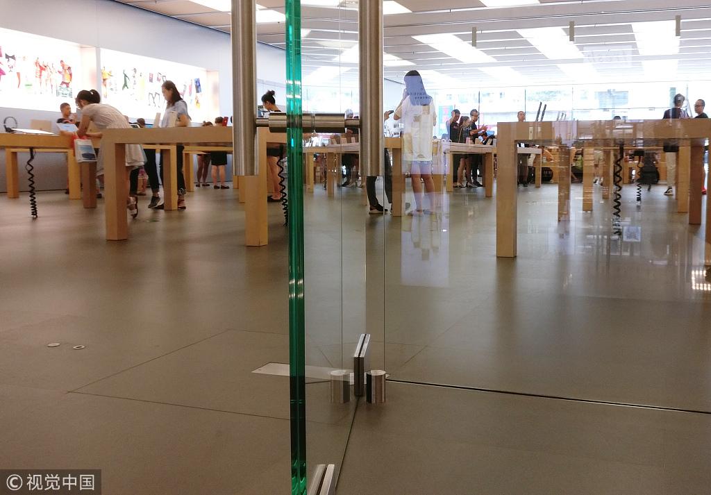 ▲2018年8月,某商场玻璃门有坦然隐患,女童手段被夹。图/视觉中国