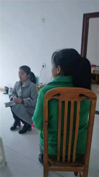 陈芳芳和母亲在租住处接受采访