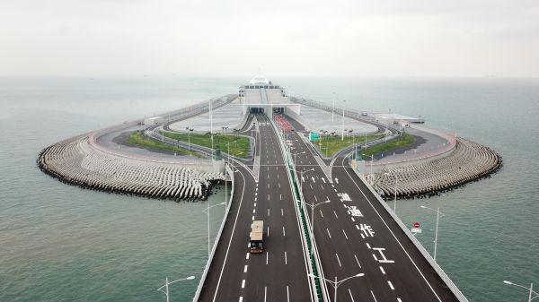 问鼎多项世界之最的港珠澳大桥24日正式通车运营。 (新华社)