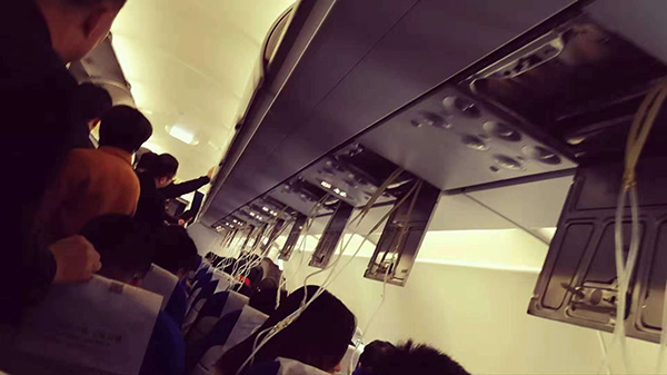 MU5257备降南昌,乘客下飞机时客舱情况。 本文图均由采访对象挑供