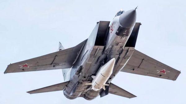 """原料图片:挂载""""匕首""""拙劣音速导弹的米格-31K战机。(图片来源于网络)"""