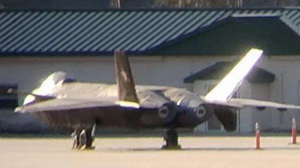 ▲美国机场展现的歼-20战斗机模型