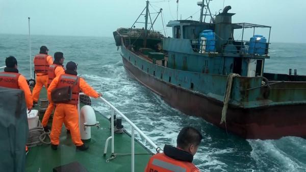 大陆渔船被台当局扣押(图片来源:台湾《自由时报》)