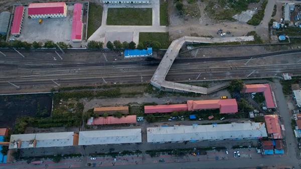 平改立工程免渡河镇中项目,可以看到桥梁和居民楼之间的距离非常短。(8月27日 航拍图)达日罕 摄