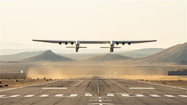 世界最大飞机Roc首飞 双机头可携带长征三号火箭