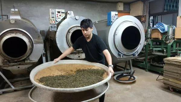 ▲资料图片:2016年12月1日,在厦门创业的台湾青年在制作茶叶。(新华社)