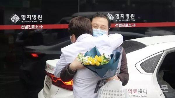 ▲韩国高阳明知医院的别名新冠肺热患者于12日痊愈出院。(韩国高阳消休网网站)