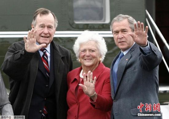 原料图:芭芭拉·布什(中)是美国历史上第二位既是美国总统妻子又是总统母亲的女性。她的外子乔治·H·W·布什(左)是美国第四十一任总统,她的儿子乔治·W·布什(右)是美国第四十三任总统。