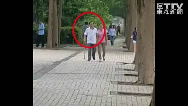 """陈水扁被拍到在看护陪同下悠闲散步,""""跟正常人一样""""。(图片来源:台湾""""东森新闻云"""")"""