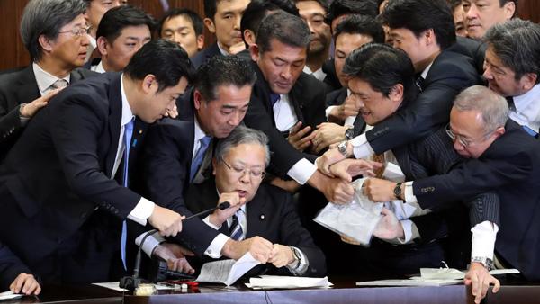 日本国会议决新法时的不和场面