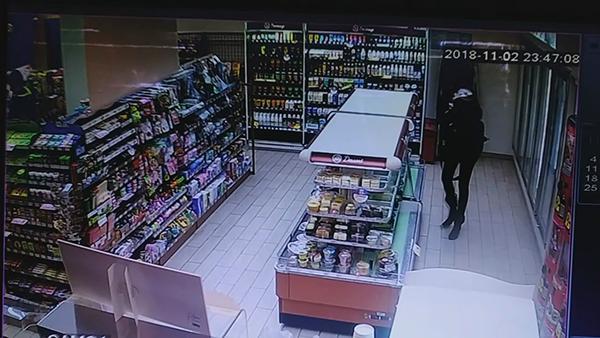 涉案女子在便利店内盗窃。普陀公守纪局 供图