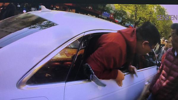 民警将车窗砸开将车主救出。