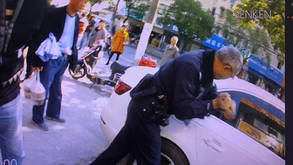 民警将车窗砸开将车主救出。 本文图片来源:上海杨浦公安挑供