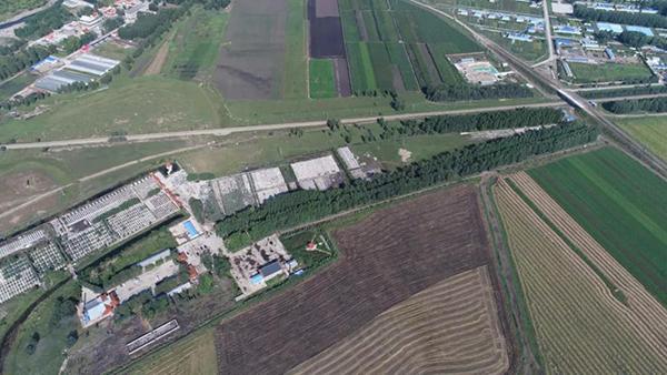 平改立工程K11公里道口航拍图,可以看到,为了前往殡仪馆,通过道口时唯一的选择。(8月28日 航拍图)达日罕 摄