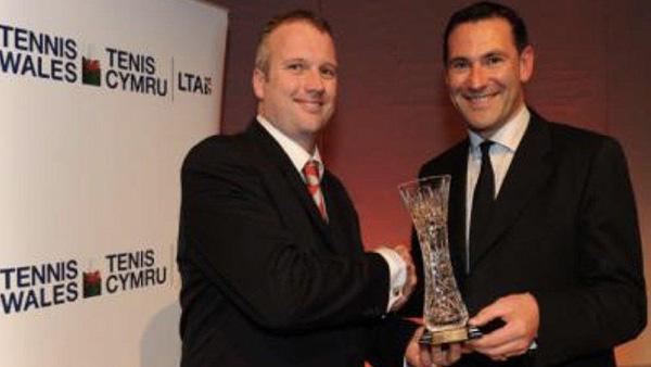 丹尼尔·桑德斯(左)2010年接受英国网球协会颁奖。