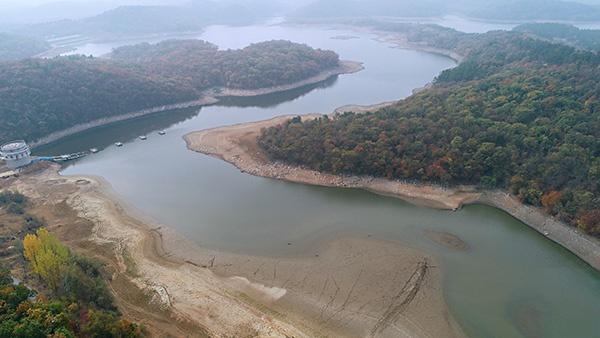 俯瞰安徽省全椒县黄栗树水库,大面积水面已经干涸见底。全椒县新闻科 图