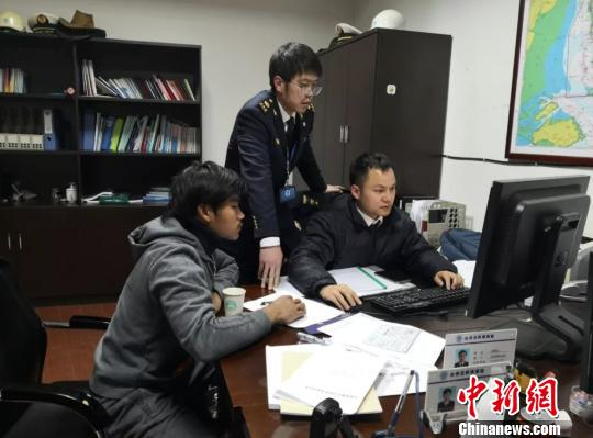 1月2日晚,海事执法人员向获救船员调查晓畅事发通过。浙江海事 供图