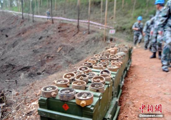 扫雷队展示搜排出的各式地雷。蒋雪林 摄