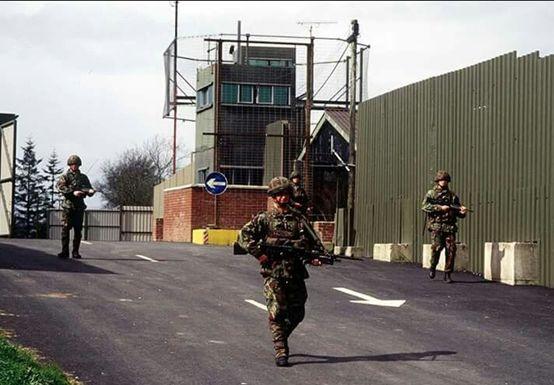 ▲图为当年北爱尔兰和爱尔兰边境的军事检查站和哨所