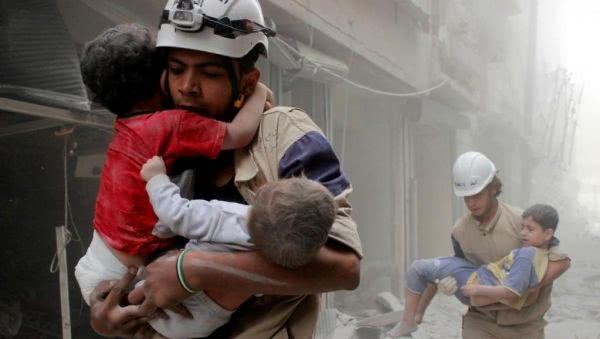 """资料图片:""""白头盔""""组织拍摄的救人场景。(图片来源于网络)"""
