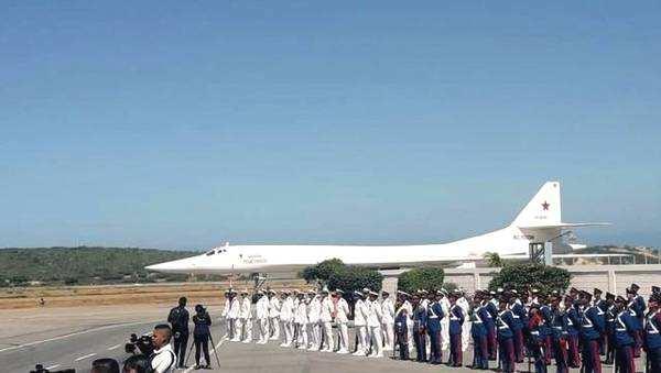 图为飞抵委内瑞拉的俄军图-160战略轰炸机