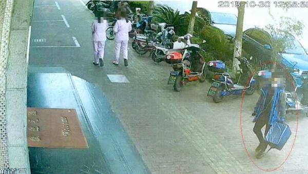 监控拍下的外卖小哥作案过程截图。本文均为 上海青浦区检察院供图