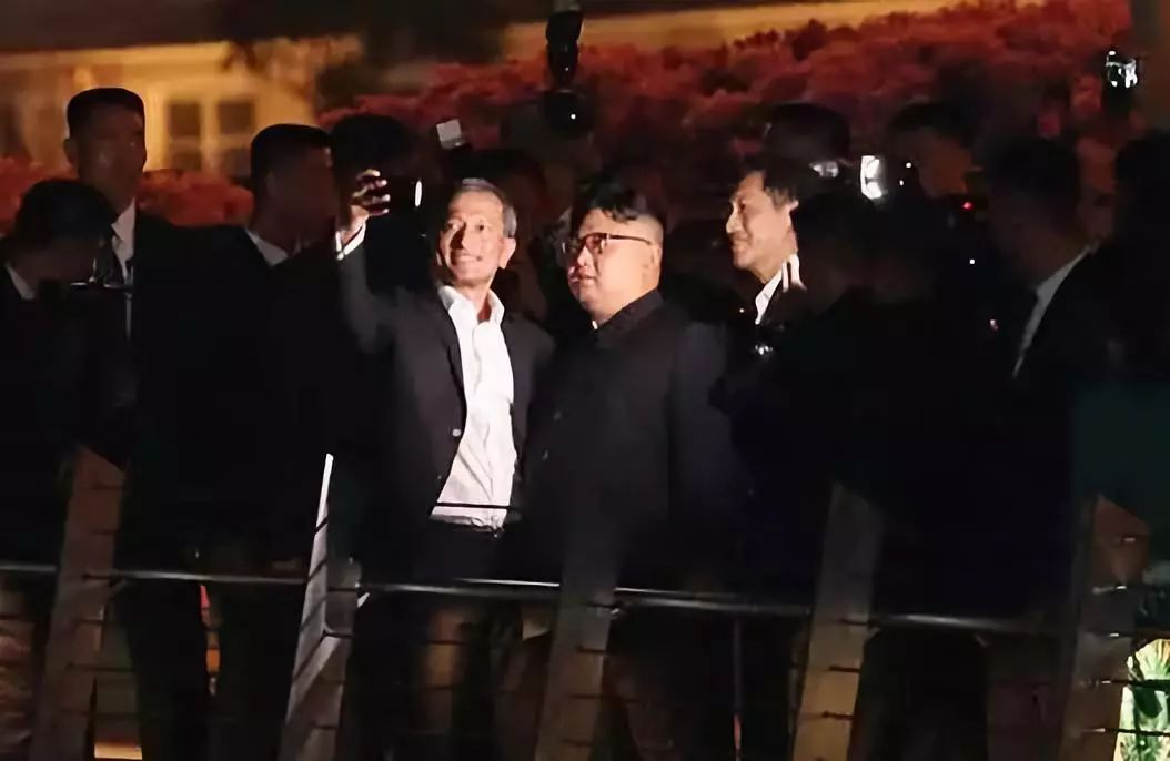 △朝鲜领导人金正恩参不悦目鱼尾狮公园时,与新添坡外长维文玩自拍。