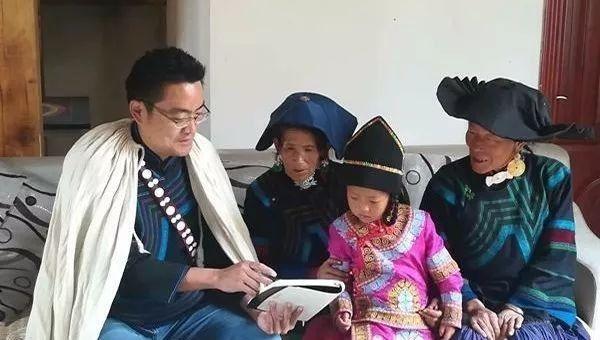 罗雅宏向彝族村民介绍扶贫政策