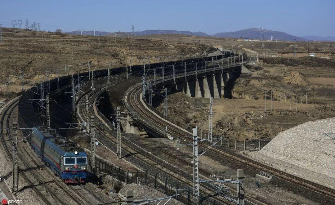 ▲資料圖片:行駛在神朔鐵路上的萬噸重載列車(東方IC)
