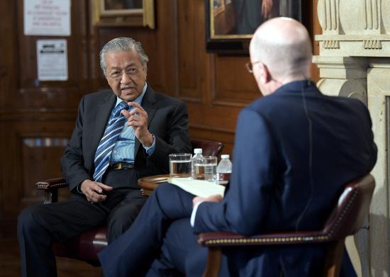 马哈蒂尔:特朗普难以打交道 历史会站在中国这边