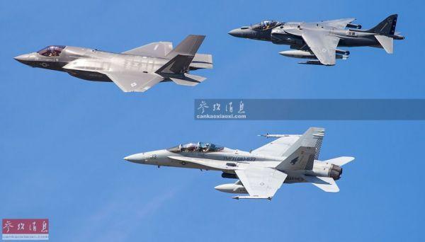 资料图:美陆战队的AV-8B、F-35B和FA-18D(双座型)编队飞行。