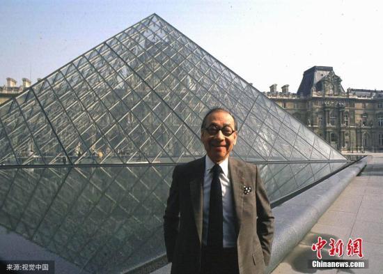 資料圖:建筑大師貝聿銘在他設計建造的盧浮宮金字塔前留影。圖片來源:視覺中國