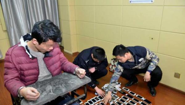 犯罪嫌疑人刘某津被警方控制。 安徽网 图