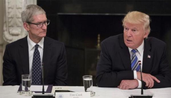 苹果公司CEO蒂姆·库克和美国总统唐纳德·特朗普。