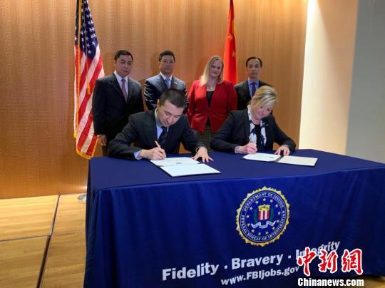 中国国家文物局与美国联邦调查局代表签署并互换文物返还证书 国家文物局供图