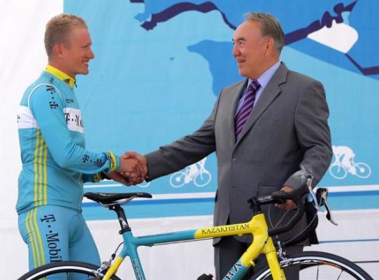纳扎尔巴耶夫与自行车运动员维诺库罗夫握手