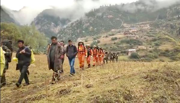 10月12日,金沙江堰塞湖滑坡区域出现新的裂痕,人员正在撤离。甘孜州消防支队 供图