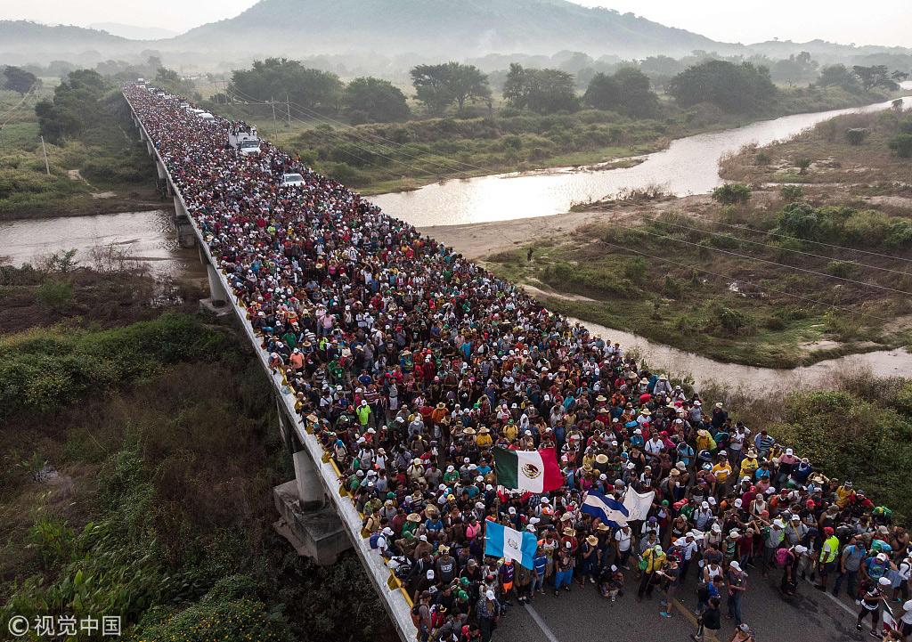 当地时间2018年10月27日,墨西哥阿里亚加,数千名来自中美洲的移民继续前往美墨边境 @视觉中国