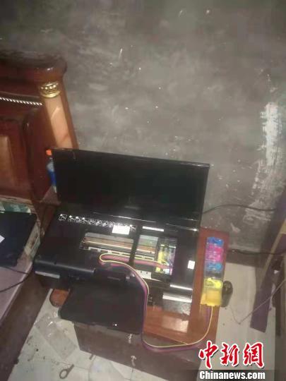 警方在武义制假窝点查获制假材料、打印机、笔记本及假币若干。 警方挑供 摄
