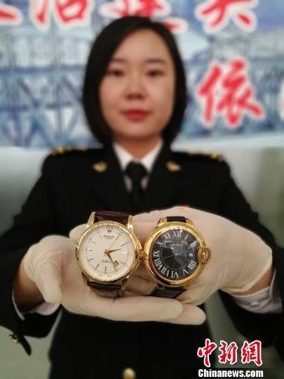 图为海关近日查获的涉嫌侵犯知识产权手表。 林戈 摄