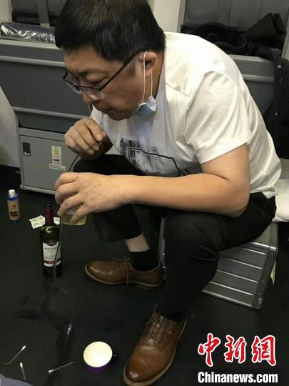 万米高空老人突发疾病,广州医生吸尿救人。南航供图