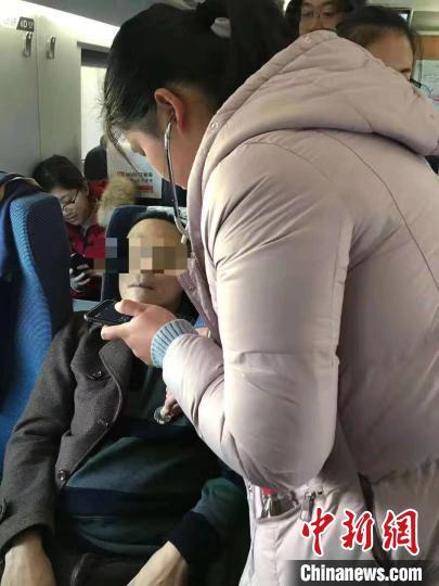 待乘客病情和情绪平稳后,杨璨给乘客又测了一次血压和心率。 中国科大附一院安徽省立医院供图