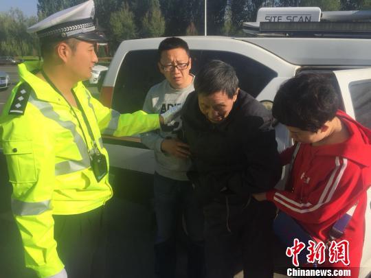 民警把走失老人送到子女身邊。 楊樹 攝