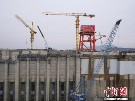 正在建设中的新大坝 苍雁 摄
