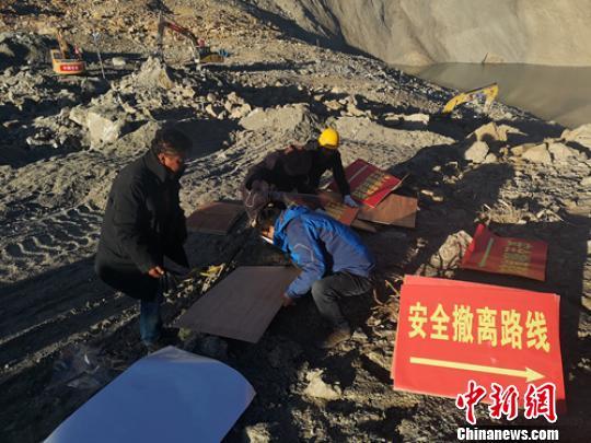 抢险人员正在堰塞湖坝体上忙碌。 刘忠俊 摄