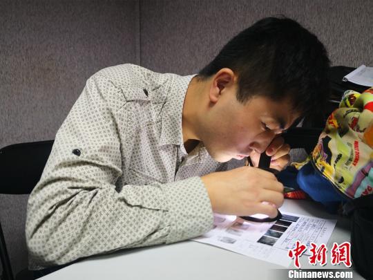 上海徐汇警方在公安部相关数据库中比对生物信息。 张亨伟 摄