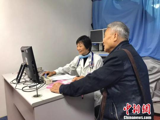 郑幼敏大夫(左)在望诊。 福建省立医院供图 摄